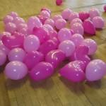 Dále je nutné nafouknout několik desítek balónků (pusou!)