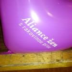 18:00 instalujeme balónky na pódium